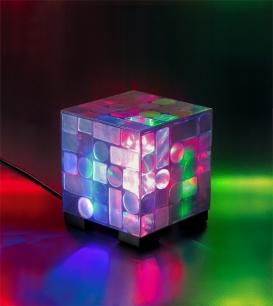 premiada CUBO LED de plástico PET reciclado. Compre este abajur na loja virtual pelo link: http://www.solar.net.br/cubo-led-luminaria-de-mesa-p62