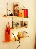 prateleiras e porta caneta de retalhos de madeira