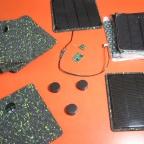 Células fotovoltaicas sendo fixado em chapas de borracha reciclada de alpagartas
